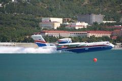 Feuerwehrmannseeflugzeug BE-200ES im Flug Lizenzfreie Stockfotos