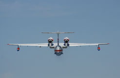 Feuerwehrmannseeflugzeug BE-200ES im Flug Stockfotografie