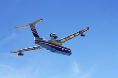 Feuerwehrmannseeflugzeug BE-200ES im Flug Lizenzfreies Stockbild