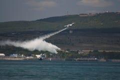 Feuerwehrmannseeflugzeug lässt Wasser fallen Stockfoto