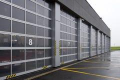 Feuerwehrmannservice-Garage im Flughafen Stockbild