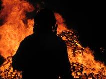 Feuerwehrmannuhren über Inferno Lizenzfreie Stockfotografie