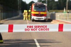 Feuerwehrmänner und Löschfahrzeug an einem bedeutenden Vorfall Stockfotografie