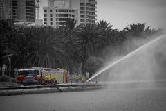 Feuerwehrrettung, die in Perth an der Küste in der Schwarzweiss-- und künstlerischen Färbung übt lizenzfreies stockfoto
