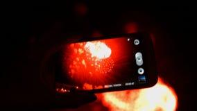 Feuerwerk, Öffentlichkeit, Smartphones u. Tabletten stock footage