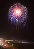 Feuerwerk über dem Ozean Lizenzfreie Stockfotos