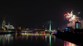 Feuerwerk über dem Rhein-Fluss Stockbild