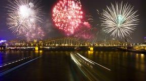 Feuerwerk über dem Rhein in Köln Lizenzfreie Stockfotos