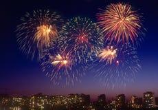 Feuerwerk über einer Stadt Lizenzfreie Stockfotos