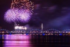 Feuerwerk über Fluss Lizenzfreies Stockfoto