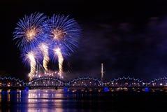 Feuerwerk über Fluss Lizenzfreie Stockfotos