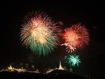 Feuerwerk über Khao Wang Palace, Petchaburi Lizenzfreie Stockfotos