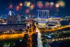 Feuerwerk über Singapur-Skylinen und Ansicht von Wolkenkratzern auf Marin stockfotografie