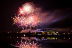Feuerwerk über Stadion in der Nachtzeit lizenzfreie stockfotografie