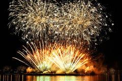 Feuerwerk über Stadt stockfotografie