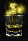 Feuerwerk auf Alkoholglas Stockbild