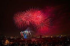 Feuerwerk auf dem Nachtstadthimmel Lizenzfreie Stockfotografie