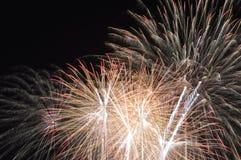 Feuerwerk, das alle über Himmel in der Nacht verbreitet Stockbild