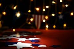 Feuerwerk feiert den Unabhängigkeitstag der Nation der Vereinigten Staaten von Amerika am vierten Juli mit wir Flagge, stockbilder