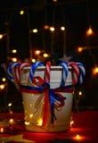 Feuerwerk feiert den Unabhängigkeitstag der Nation der Vereinigten Staaten von Amerika am vierten Juli mit wir Flagge, lizenzfreie stockbilder