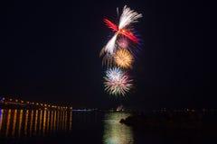 Feuerwerk-Finale über Wasser lizenzfreie stockbilder