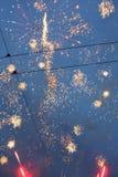 Feuerwerk, Gruß Feuerwerke von den verschiedenen Farben, die gegen einen schwarzen Hintergrund bersten Stockfotografie