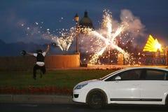 Feuerwerk, Gruß Feuerwerke von den verschiedenen Farben, die gegen einen schwarzen Hintergrund bersten Lizenzfreies Stockbild