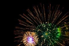 Feuerwerk im Himmel der dunklen Nacht Lizenzfreie Stockbilder