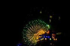 Feuerwerk im Himmel der dunklen Nacht Stockfotos