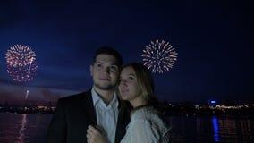 Feuerwerk und junge Liebhaber umarmen nachts stock video footage