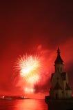Feuerwerk und Kirche auf Fluss Lizenzfreie Stockfotos