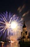 Feuerwerk und Kirche auf Fluss Stockfoto