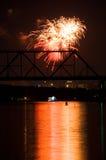 Feuerwerk und Reflexion auf Wasser Stockfotografie