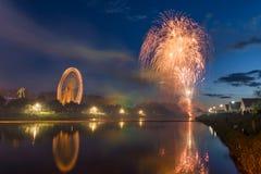 Feuerwerk am Volksfestival mit Riesenrad herein Regensburg lizenzfreies stockbild