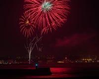 Feuerwerke über Aberdeen-Hafen Großbritannien Stockfotografie