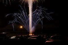 Feuerwerke über Autos lizenzfreies stockbild