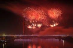 Feuerwerke über Brücke Stockfotografie