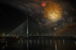 Feuerwerke über Brücke Lizenzfreie Stockbilder