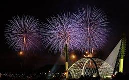Feuerwerke über Brücke Lizenzfreie Stockfotos