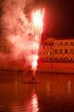 Feuerwerke über dem Arno in Pisa Stockbild