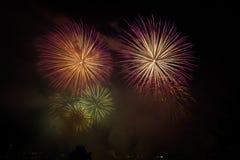 Feuerwerke über dem Fluss lizenzfreies stockbild