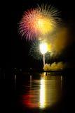 Feuerwerke über dem Fluss Stockfoto