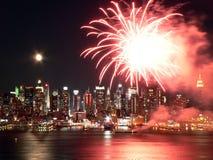 Feuerwerke über dem Hudson Stockbilder