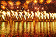 Feuerwerke über dem Neva Stockfoto