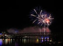 Feuerwerke über dem Ohio lizenzfreie stockbilder