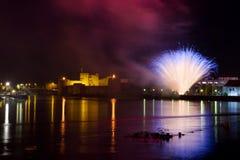 Feuerwerke über dem Schloss Stockbild