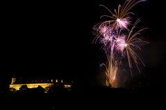 Feuerwerke über dem Schloss stockfotografie