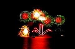 Feuerwerke über dem Wasser Lizenzfreies Stockbild