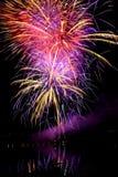 Feuerwerke über dem Wasser Lizenzfreie Stockfotografie