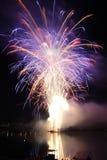 Feuerwerke über dem Wasser Lizenzfreie Stockfotos